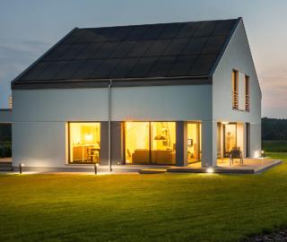 Panele słoneczne vs. dachy solarne? Porównanie korzyści